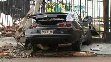 Motorista destrói carro de luxo em Cascavel - De acordo com a PM, o motorista fazia manobras perigosas na contramão de uma avenida movimentada da cidade. Durante uma abordagem, ele saiu em alta velocidade, avançou o sinal vermelho, bateu em outro carro e só parou depois de atingir o poste.