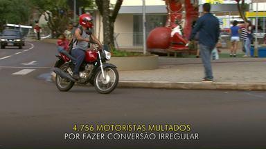 Motoristas continuam virando a esquerda na Avenida Brasil em Cascavel - Desde a revitalização da avenida as conversões a esquerda ficaram proibidas.