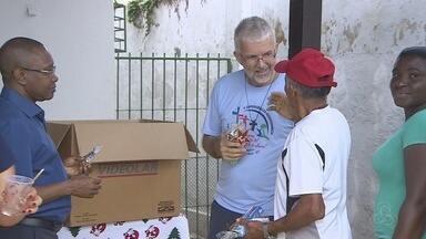 Moradores de rua recebem ceia especial de Natal - A ação foi possível graças à uma comunidade religiosa.