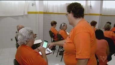 Idosos aprendem a usar as redes sociais - Em Praia Grande, pessoas com mais de 60 anos estão fazendo um curso para aprender a lidar com as redes sociais.