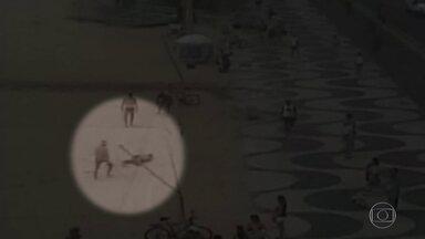 Câmeras de monitoramento mostram ambulante pedindo ajuda após ser baleado em Copacabana - Suspeito também foi flagrado fugindo do local. Ele ainda é procurado pela polícia