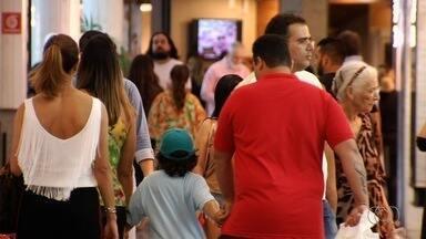Clientes movimentam shoppings de Goiânia para trocar presentes de Natal - Algumas pessoas contam que roupas ou calçados, por exemplo, não serviram.