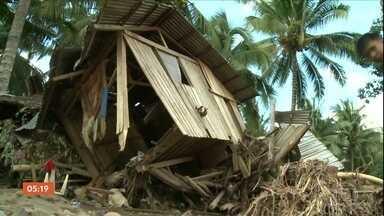 Pelo menos 100 pessoas estão desaparecidas após passagem de tufão pelas Filipinas - Mais de cinco mil casas foram destruídas pelos ventos, que chegaram a 80 km/h. Segundo as autoridades, pelo menos 240 pessoas morreram.
