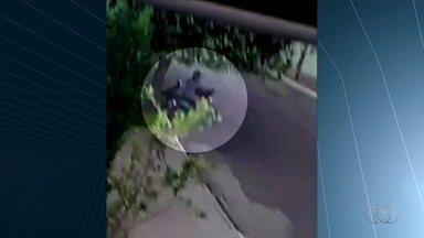 Câmeras de segurança flagram momento em que mulher furta retrovisor em Jataí - Crime ocorreu em plena luz do dia.