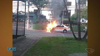 Táxi pega fogo na Avenida Maruípe em Vitória - Ainda não há informações sobre a causa do incêndio. O dono estava fora quando as chamas destruíram o veículo.