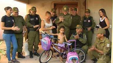 Polícia militar doa bicicleta e material escolar a garotinha que fez pedidos em carta - Militares chegaram de surpresa a casa da pequena Ádria, de seis anos.