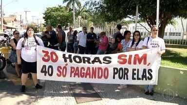 Servidores de Campos, RJ, se juntam para mais um protesto contra o parcelamento do 13º - Assista a seguir.