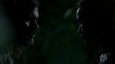Mariano se enfurece com Cleo por ela pensar em trabalhar no bordel - Neta de Mercedes conta que conheceu uma das meninas do estabelecimento de Duda e Leandra