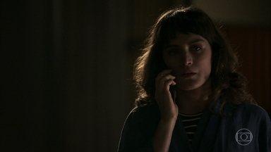 Clara conta para Renato que Cido não estava com Irene na noite anterior - Os dois acreditam que motorista tem um caso com Samuel. Lívia afirma para Renato que Tomaz não vai dormir na casa de Mercedes