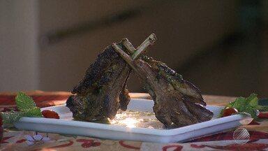 Receita de carré de cordeiro bate recorde e vence o Panela de Bairro de dezembro - Neste mês, os chefs mais votados do ano disputaram o título com pratos específicos para as festas de fim de ano.