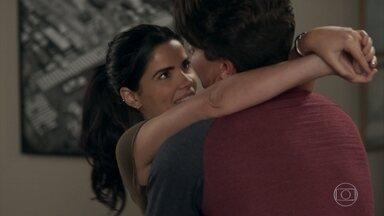Antônia revela que Júlio vai ser sua cobaia - A policial revela que vai fazer uma receita pela premira vez