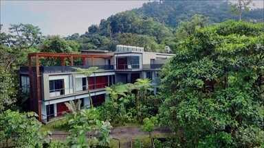 """'Esse Hotel É uma Viagem': construção de luxo fica no meio da floresta no Equador - Uma construção de luxo em plena floresta tropical. No 'Esse Hotel É uma Viagem', conheça o Mashpi Lodge.O hotel é uma espécie de casa na árvore dos adultos.Só que essa """"casa"""" tem 22 quartos e custou US$ 10 milhões para ser construída."""