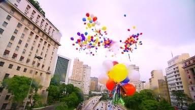 Voluntários soltam mais de 900 balões no RJ e em SP com desejos para 2018 - Novecentos e sessenta desejos para o ano que se aproxima. O Fantástico convidou 40 voluntários para soltar quase mil balões na praia de Copacabana,no Rio de Janeiro, e no viaduto do Chá, em São Paulo.