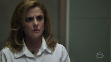 Sophia faz ameaças a Clara para Lívia - Vilã afirma que foi vítima de uma armação da ex-nora