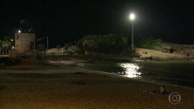 Praia do Arpoador passa noite sem luz - A Praia do Arpoador ficou sem luz na noite de terça-feira (2). Apenas um holofote iluminou a área.
