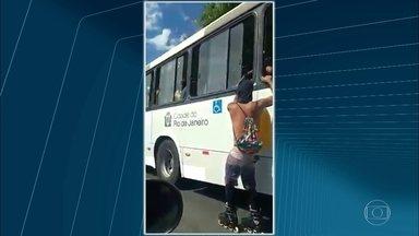 Patinador é flagrado pendurado em ônibus em vias expressas - Um homem e patins foi flagrado pendurado e sendo arrastado em um ônibus no Rio. Imagens mostram o momento em que ele circula pelo Túnel Santa Bárbara, que liga a Zona Sul ao Centro, e, em seguida, pelo Elevado 31 de Março.