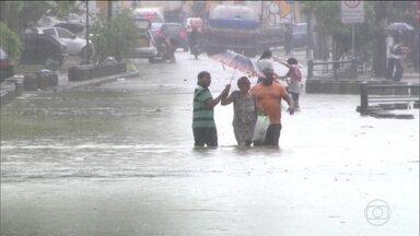 Rio de Janeiro enfrenta dificuldades na prevenção contra chuvas de verão - O Bom Dia Brasil descobriu que em 2017 a prefeitura da capital reduziu o investimento em obras preventivas.