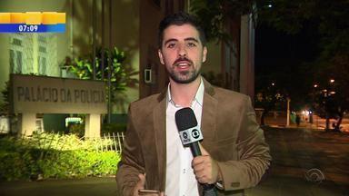 Suspeito de matar amigo que lhe cobrava dívida se apresenta à polícia em Porto Alegre - Vitor Batista Ferraz foi preso preventivamente pela polícia na noite desta quarta-feira (3).