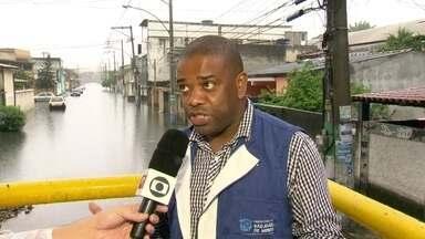 Chuva agrava vazamento de esgoto em São João de Meriti - A chuva que cai no Rio de Janeiro desde a noite de quarta (3) agravou a situação do esgoto alagado no bairro de Coelho da Rocha, em São João de Meriti, na Baixada Fluminense.