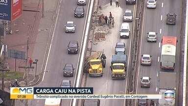 Acidente complica o trânsito em Contagem, na Grande BH - Segundo a Transcon, carga de um caminhão bloqueava uma faixa da Avenida Cardeal Eugênio Pacelli.