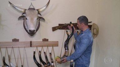 'Mais Você' visita fábrica de berrantes no interior de São Paulo - Instrumentos são feitos a partir de chifres de boi e são utilizados para conduzir a boiada. Seu Alceu Garcia é um dos maiores vencedores do concurso de berranteiros do Brasil e conta sua história para o programa