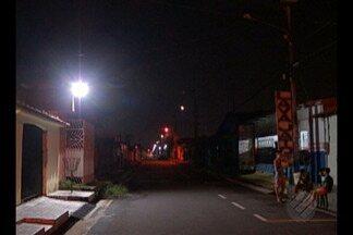 Em Ananindeua na WE 44 reclamam da escuridão - Eles afirmam que há 6 meses sofrem com a falta de iluminação e tiveram que instalar um refletor no local.