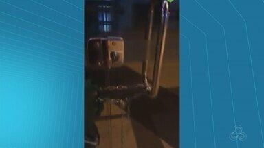 Mulher acorrenta porta de agência bancária para dormir - A moradora de rua desapareceu após ter o vídeo da porta trancada divulgado nas redes sociais.
