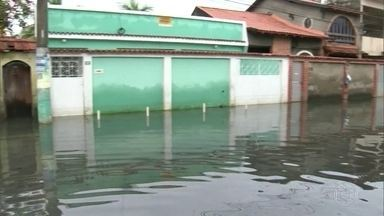 Seis dias ilhados num mar de esgoto. - Essa é a situação dos moradores do conjunto Azul em São João de Meriti, na Baixada Fluminense.