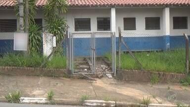 Um ano após incêndio, Centro de Saúde Esmeraldina continua fechado em Campinas - Nenhum reparo foi realizado no imóvel que apresenta sinais de abandono, como mato alto e salas incendiadas.