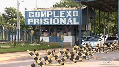 Após rebelião, 87 detentos continuam foragidos, em Aparecida de Goiânia - Parentes levaram roupas e alimentos para os presos nesta quinta-feira.