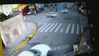 Câmeras flagram acidente em Peruíbe que deixou dois feridos - A batida foi entre dois carros que, em seguida, acertaram as vítimas que atravessavam a rua.