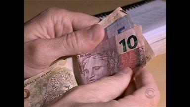 Reajuste de 17 reais no salário mínimo é o menor dos últimos 24 anos no Brasil - Reportagem mostra como vivem os aposentados que recebem apenas um salário mínimo.