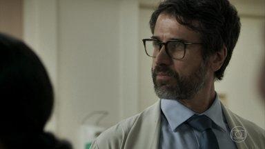 Samuel provoca Renato nos corredores do hospital - Ele dá um tapa em Suzy, que o chama de tigrão na frente de todos