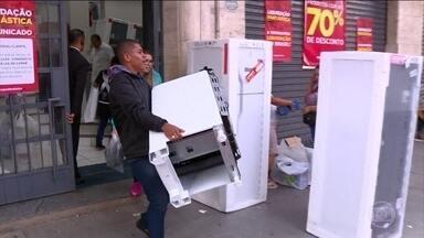 Comércio promove grandes liquidações e atrai os clientes - Em Curitiba, teve muita gente querendo aproveitar os descontos de até 70% e parcelamentos a perder de vista. Em uma das lojas, 40 televisores foram vendidos em uma hora.