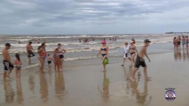 Mesmo com tempo nublado, veranistas aproveitam a praia em Tramandaí - Coloração do mar voltou a ficar mais escura neste sábado (6).