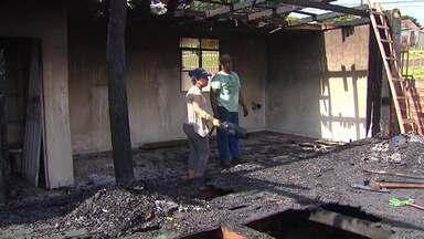População ajuda morador que teve casa queimada - Uma rede de solidariedade tenta reconstruir o que Seo Zé perdeu pelo fogo.