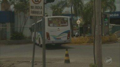 Equipe da EPTV flagra ônibus na contramão no trânsito em Piracicaba - Na rua Dom Pedro I, motorista de ônibus usa a contramão para entrar no terminal de integração.