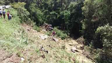Quatro pessoas morrem em acidente na BR-153 - O caminhão carregado com soja caiu em uma ribanceira.