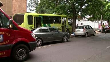Ônibus do transporte coletivo de Foz se envolve em acidente com dois carros no centro - Três pessoas ficaram feridas.