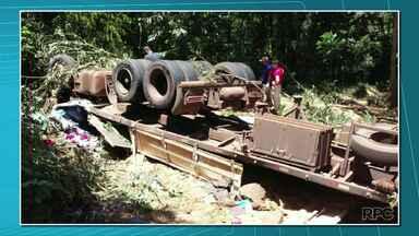Quatro pessoas morrem em acidente na BR-153 - Um caminhão tombou em uma curva. Dentro dele estavam o motorista, uma mulher e duas crianças.