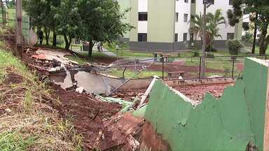 Muro de condomínio de Londrina cai com força da enxurrada - Em vários pontos da cidade a chuva provocou transtornos.