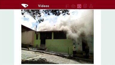 Casa pega fogo em Pinheiros, Norte do ES - Moradores conseguiram sair sem ferimentos.