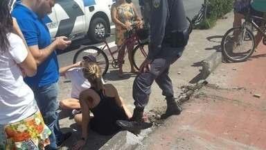 Carro atravessa pista e atropela ciclista na orla de Camburi, em Vitória - A vítima teve ferimentos leves e foi socorrida pelo Samu. O condutor, de 54 anos, disse à polícia que passou mal enquanto dirigia.