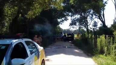 Carro é encontrado queimado com corpo dentro - A suspeita é de que o corpo seja de policial que estava desaparecido.