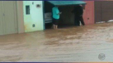 Chuva faz córrego transbordar e causa enchente em Morro Agudo, SP - Casas no bairro Parque Dom Pedro ficaram alagadas, mas não há registro de desabrigados.