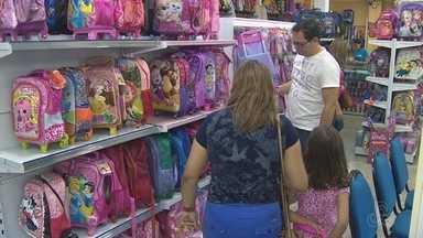 Pais iniciam busca por material escolar em livrarias de Manaus - Pesquisa por preços tem marcado compras.
