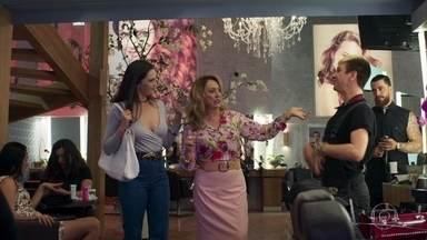 Aura vai se arrumar no salão de Nádia - Odair mostra interesse pela moça