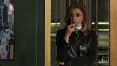 Sophia esnoba nova conquista de Lívia - A megera se recusa a saber detalhes do romance da filha, que marca encontro com Mariano
