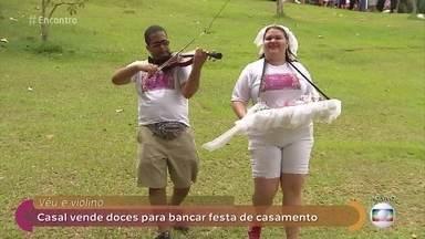 Casal vende doces para financiar festa de casamento - Mateus toca violino enquanto Liana vai vendendo os docinhos para pagar a festa de casamento dos sonhos do casal