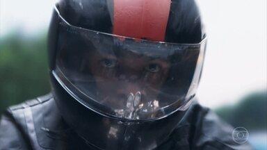 Irritado, Anderson pilota sua moto perigosamente pelas ruas - O rapaz ultrapassa os carros e ainda xinga um motorista
